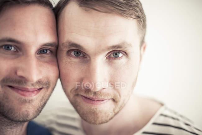 Portrait de jeune couple homosexuel souriant joue à joue — Photo de stock
