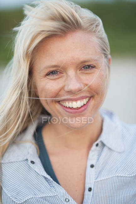 Close-up portrait of young woman smiling — Stock Photo