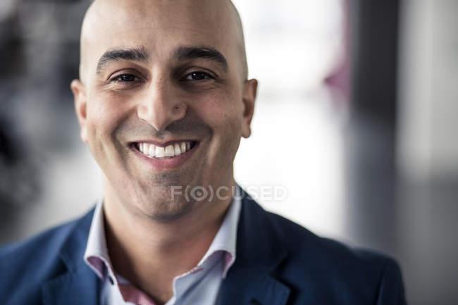 Gros plan d'un homme d'affaires adulte souriant — Photo de stock