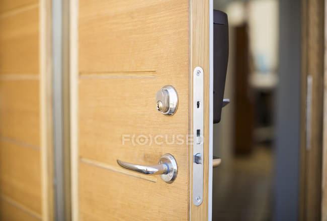 Зменшеному вигляді відкритих дверей — стокове фото