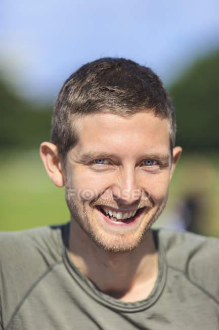 Retrato del hombre feliz en el parque - foto de stock