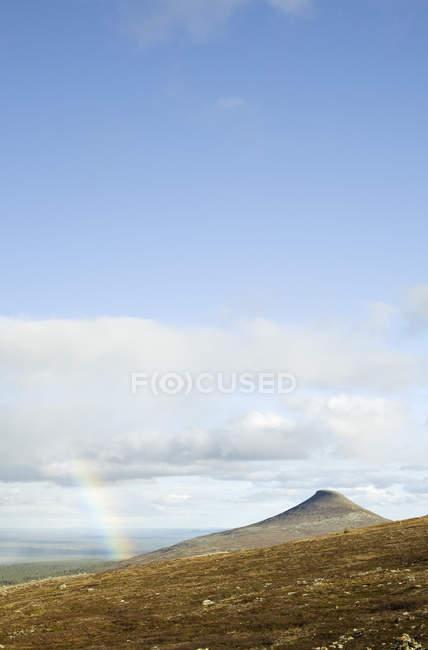 Живописный вид на пик в горах Nipfjallet в расстоянии — стоковое фото