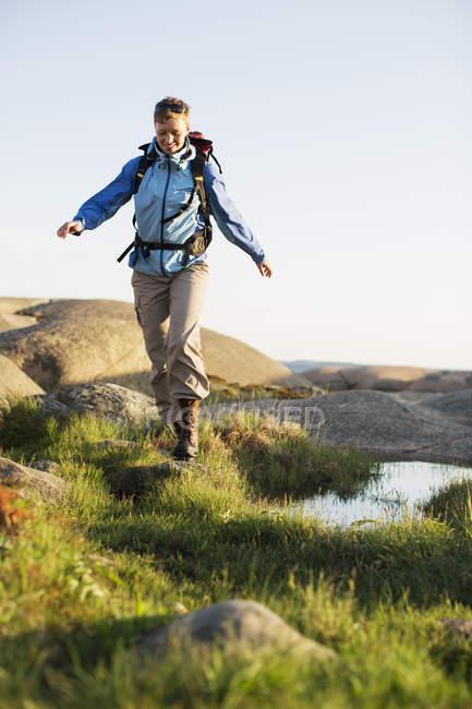 Повна довжина жіночого backpacker Піші прогулянки на свіжому повітрі — стокове фото
