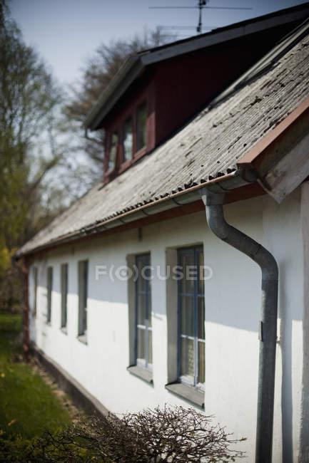 Dach-Linie und weiße Wand des alten Hauses — Stockfoto