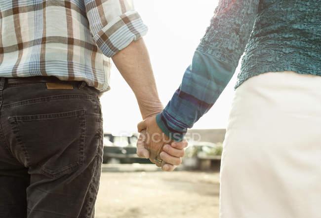 Mittelteil des Paares hält Händchen — Stockfoto