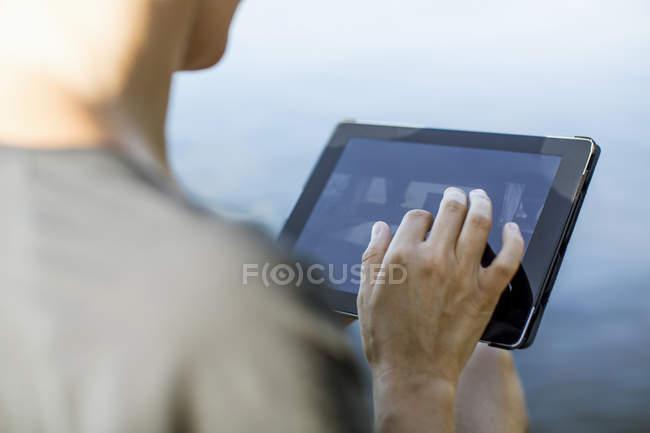 Imagem cortada de mulher tocando tablet digital ao ar livre — Fotografia de Stock