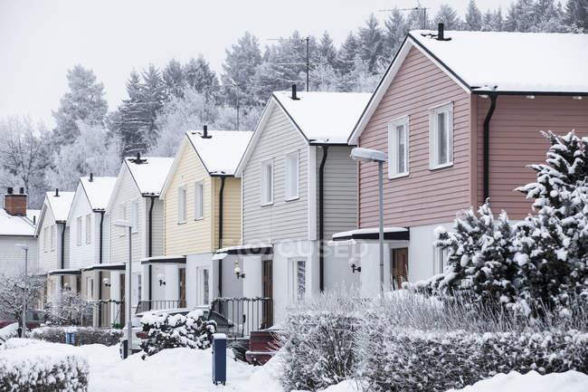 Рядок колоритних будинків у зимовий період — стокове фото