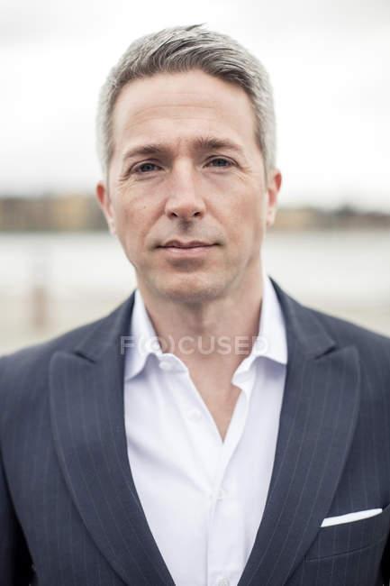 Portrait d'homme d'affaires mûr confiant restant à l'extérieur — Photo de stock