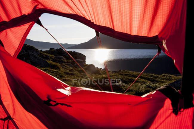 Vue du soleil qui reflète sur le lac par l'intermédiaire de tente — Photo de stock