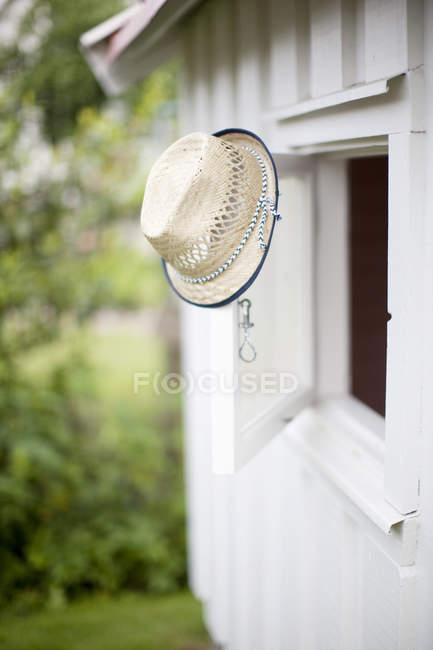Hut hängen an Fensterrahmen — Stockfoto