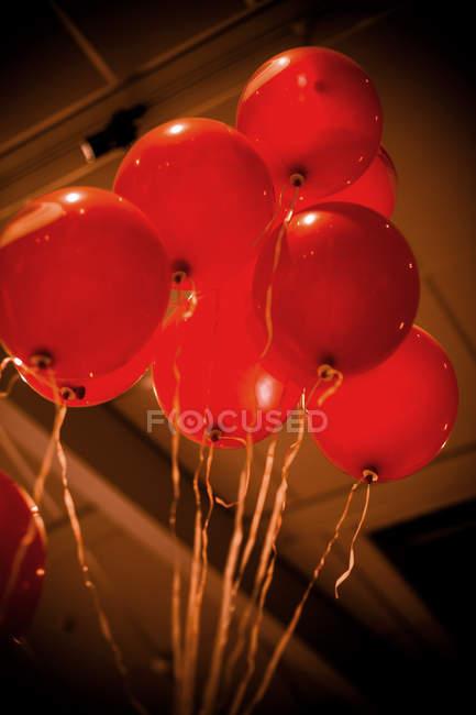 Niedrigen Winkel Ansicht der roten Party Luftballons mit Saiten — Stockfoto