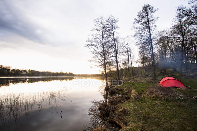 Tranquil view of campsite at lake — Stock Photo