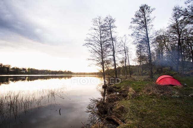 Vue tranquille de camping au lac — Photo de stock