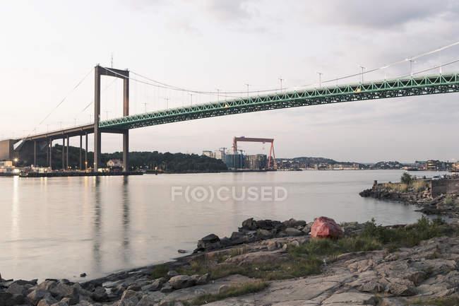 Vista de ângulo baixo da Alvsborg ponte sobre o rio contra o céu — Fotografia de Stock