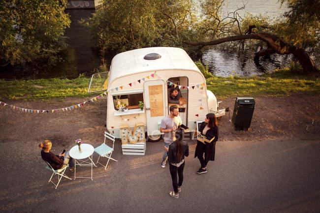 Blick auf Kunden und Foodtruck-Besitzer auf der Straße — Stockfoto