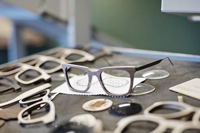 Marcos de gafas en la mesa en el taller - foto de stock