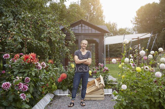 Ritratto a figura intera di giardiniere in piedi braccia incrociate in cortile — Foto stock