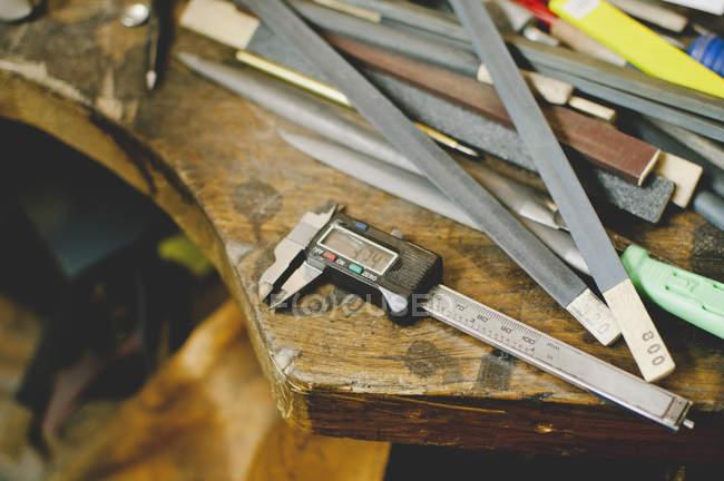 Vue grand angle des calibres de Digitals sur établi — Photo de stock
