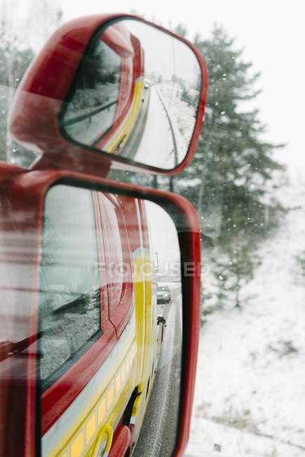 Spiegelung der Straße vom Seitenspiegel eines Abschleppwagens aus gesehen — Stockfoto
