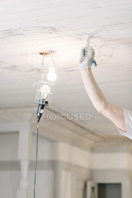 Imagem recortada do teto pintor pintura em casa — Fotografia de Stock