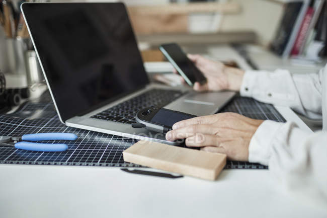 Imagem recortada de produto solar fazendo desenhador industrial no escritório em casa — Fotografia de Stock