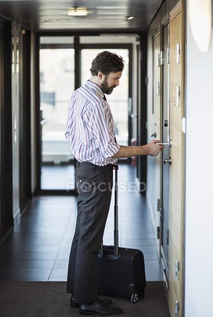 Seitenansicht der Geschäftsmann Hotel Türöffnung mit Schlüsselkarte — Stockfoto