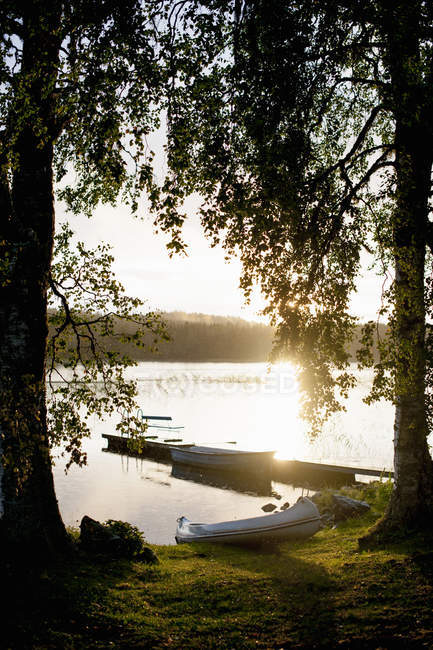 Tranquil view of boats at lake shore - foto de stock