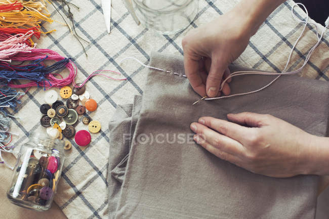 Vista de alto ângulo de costura tecido na mesa em casa de mulher — Fotografia de Stock