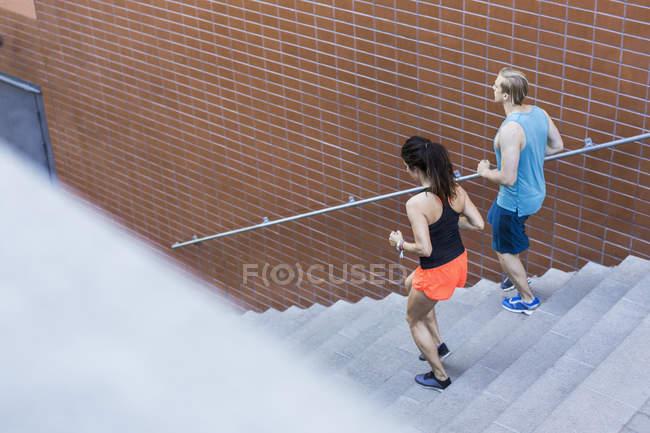 Висока кут зору fit пара рухався кроки — стокове фото