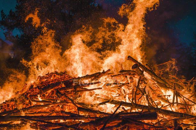 Große Holz Lagerfeuer mit hohen Flammen in der Nacht — Stockfoto