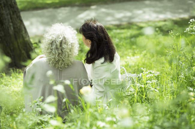Seniorinnen sitzen im Park — Stockfoto
