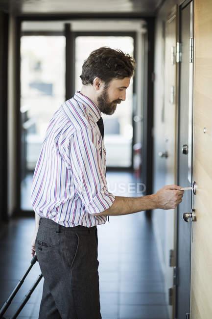 Geschäftsmann Hotel Türöffnung mit Schlüsselkarte — Stockfoto
