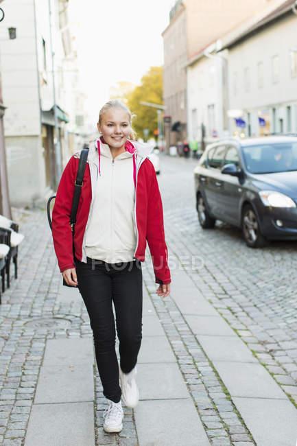 Полная длина девушки-подростка, идущей по тропинке — стоковое фото