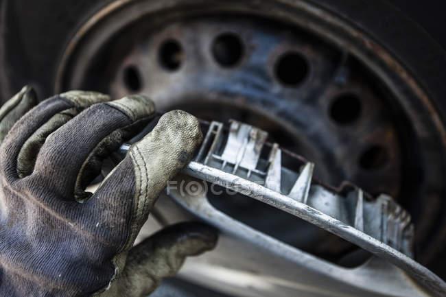 Bild des weiblichen Mechanische Befestigung Auto Legierung beschnitten — Stockfoto