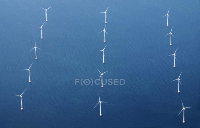 Linhas de turbina eólica em mar azul, vista aérea — Fotografia de Stock