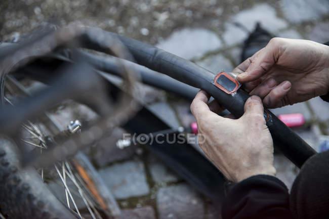 Zugeschnittenes Bild des Mannes Reparatur Fahrradschlauch auf Straße — Stockfoto