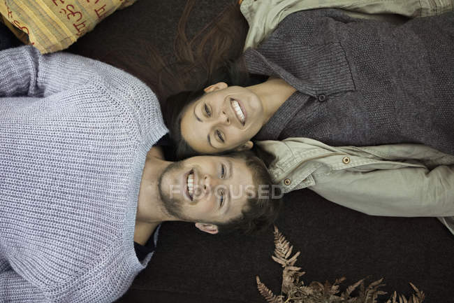 Tiro diretamente acima do casal no inverno roupas deitado no cobertor ao acampar — Fotografia de Stock