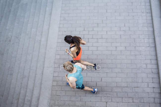 Висока кут зору бігунів біжить до дії. — стокове фото