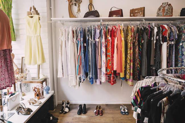 Abbigliamento e scarpe per l'esposizione presso il negozio di parsimonia — Foto stock