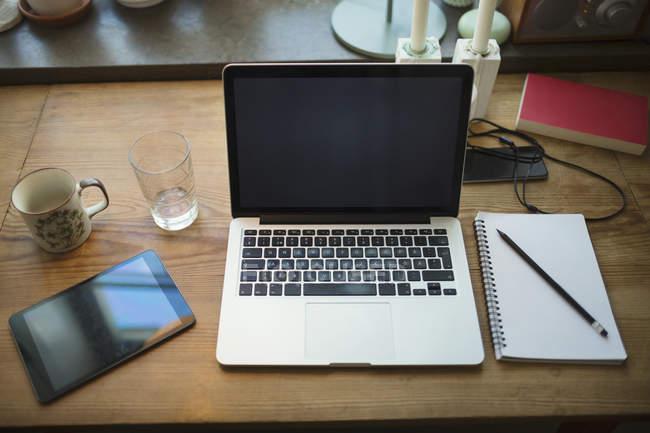Vista di alto angolo del digital pad tablet e nota sulla tabella — Foto stock