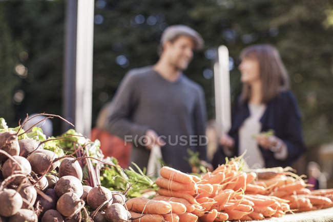 Fresh vegetables at market stall — Stock Photo