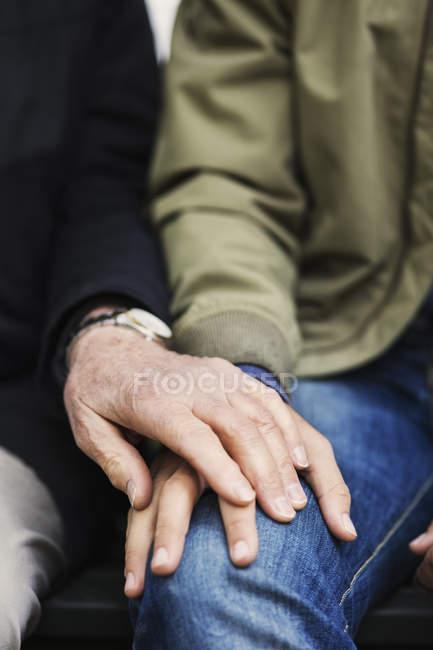 Immagine potata di senior uomo che tocca la mano del custode — Foto stock