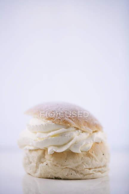 Pão fresco isolado no fundo branco — Fotografia de Stock