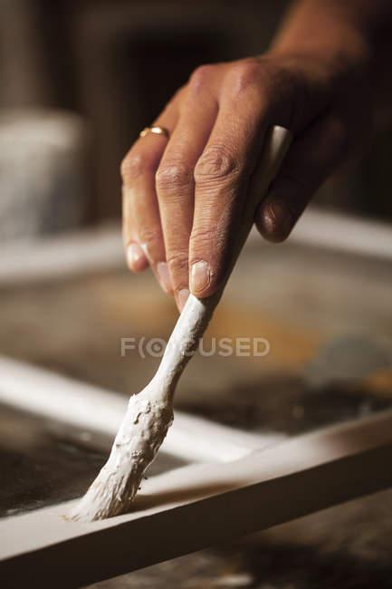 Zugeschnittenes Bild des Fensterrahmens Polsterer Malerei Workshop — Stockfoto