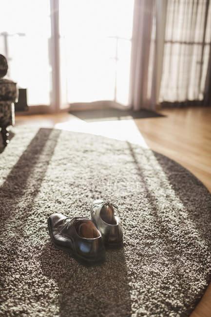 Пара формальной обуви на ковер в гостиничном номере — стоковое фото
