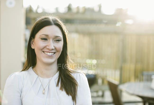 Femme heureuse regardant loin à l'extérieur — Photo de stock
