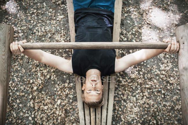 Erhöhte Ansicht des Mannes bei outdoor Gym aus Holz Gewicht heben — Stockfoto