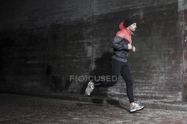 Повна довжина людина пробіжки на вулиці — стокове фото