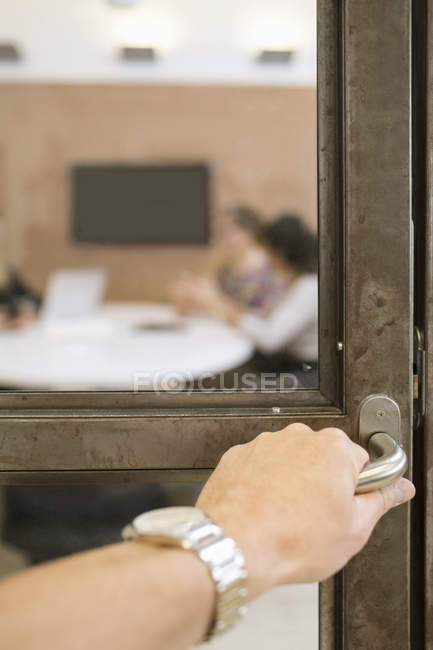 Geschäftsfrau Hand Türgriff in Kreativbüro öffnen — Stockfoto