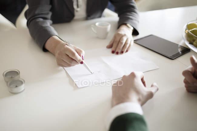 Disegno Uomo Alla Scrivania : Uomo di affari di disegno foto stock immagini royalty free